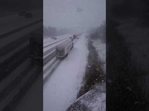 Mies kuvaa kolarisuman talvisella moottoritiellä – Talvi yllätti autoilijat