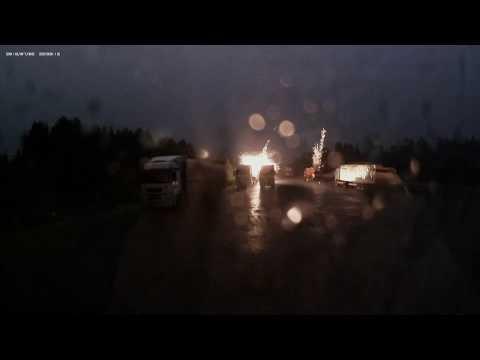 Удар молнии по машинам