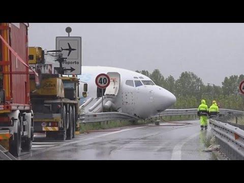Ιταλία: Αεροσκάφος προσγειώθηκε σε…αυτοκινητόδρομο!