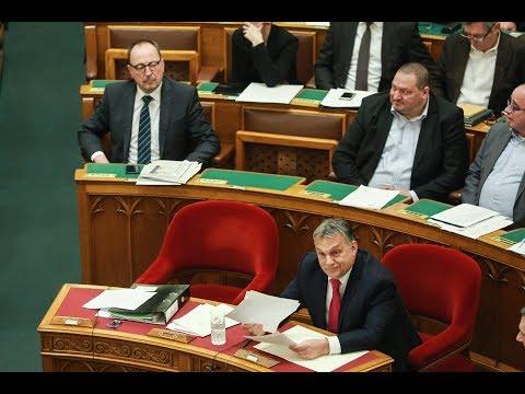 Orbán Viktor miniszterelnök az azonnali kérdések órájában a parlamentben.