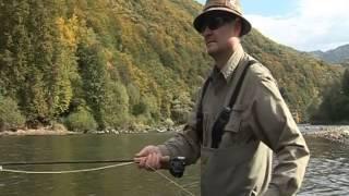 Herbst, Dunajec Fluss in Polen und Fliegenfischen Aschen auf Trockenfliege