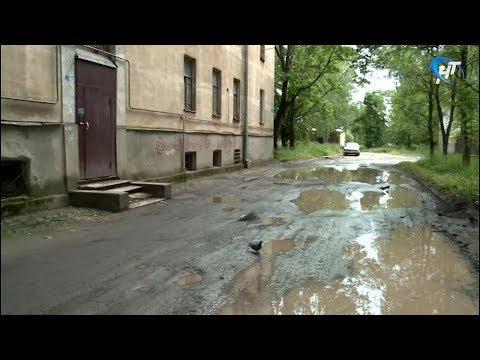 Житель Кречевиц пожаловался на дорогу прямо возле дома