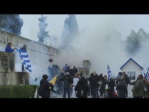 Οργανωμένες ομάδες προκάλεσαν τα επεισόδια στη Βουλή και τραυμάτισαν 10 αστυνομικούς