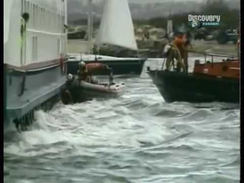 Людей затянуло под судно