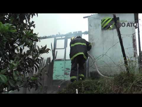 Casa e destruida pelas chamas