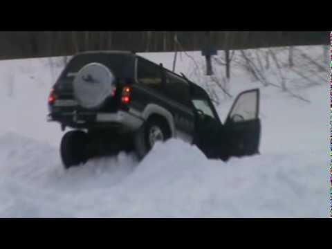 прыжок на машине через сугроб
