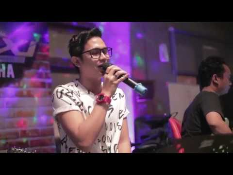 Video AZMI - PERNAH Live @Cafe Casa De Alicia download in MP3, 3GP, MP4, WEBM, AVI, FLV January 2017