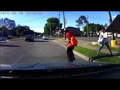 Kobieta celowo wpycha faceta pod samochód