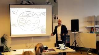 Foto z akcie BarCamp Bratislava prednáša Martin Komínek.