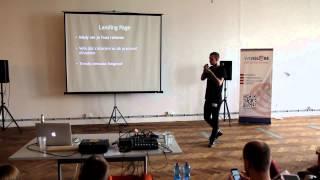 Foto z akcie BarCamp Bratislava prednáša Kamil Aujeský.
