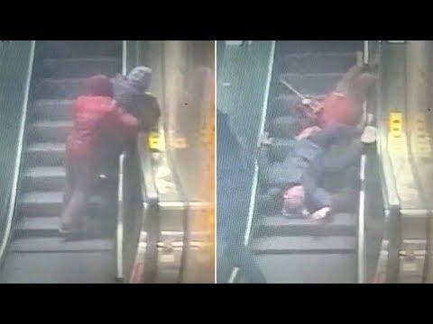 العرب اليوم - بالفيديو: رجل ينقذ حياة زوجين مسنين على سلم كهربائي