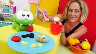 Çocuk videosu. Om Noma kahvaltı hazırlıyor! Play Doh oyunları.