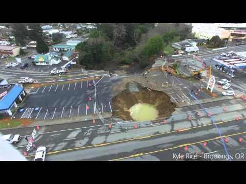 Un énorme trou avale une autoroute dans l'Oregon