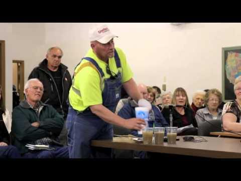 contadino invita lobbysti petroliferi a bere l'acqua contaminata!