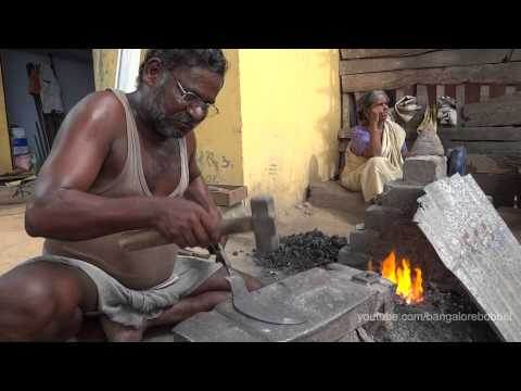 Indian Blacksmith making Billhooks - Indischer Schmied beim Hippen schmieden