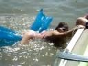 Chica intentando subir a flotador