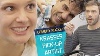 """Unser Pick-Up Artist hat einige Tipps&Tricks parat, wie ihr beim nächsten Flirt einen """"Treffer"""" landen könnt. 🤣🤣--------------------------------------------------------------------------------------------YouTube: http://bit.ly/1MHbwekFacebook: https://www.facebook.com/COMEDYROCKETTwitter: https://twitter.com/COMEDY_ROCKETSnapchat: ComedyRocketInstagram: http://instagram.com/comedy_rocketOffizielle Website: http://www.comedyrocket.de--------------------------------------------------------------------------------------------"""