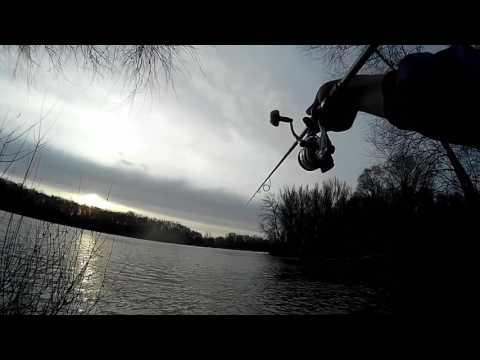 Джиг с берега в марте ловим Судака р.Десна  !!! короткая рыбалка перед выставкой )) (видео)
