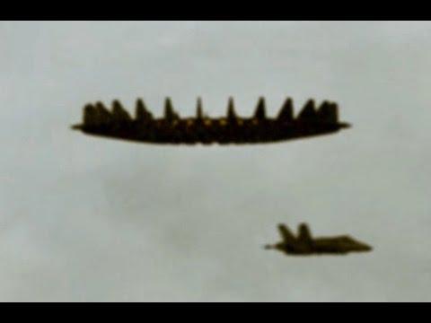 aereo militare perde quota quando si avvicina ad una navicella spaziale