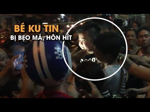 Đi viếng Anh Vũ, bé Ku Tin bị người dân vây kín, bẹo má, ôm hôn tới tấp - Thời lượng: 2 phút, 36 giây.