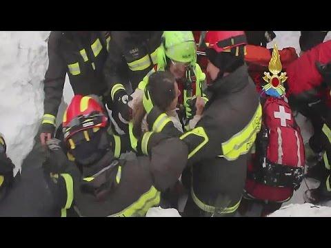 Ιταλία: Εντοπίστηκαν και απεγκλωβίστηκαν 8 επιζώντες