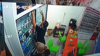 Video Perampokan di toko QUEEN CELLULAR perdagangan MP3, 3GP, MP4, WEBM, AVI, FLV Mei 2018