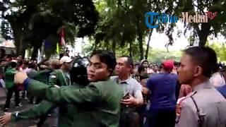 Video Dua Massa Pro dan Kontra Jokowi Memanas di DPRD Sumut MP3, 3GP, MP4, WEBM, AVI, FLV September 2018