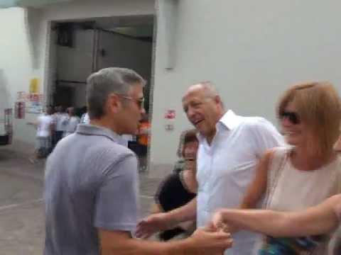 """Il """"Buongiorno"""" di George Clooney ai suoi fans a Sarnico"""