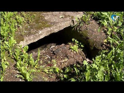 На спортплощадке возле одного из домов в Великом Новгороде зияет дыра