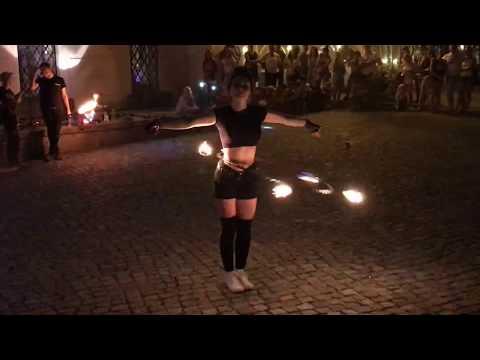 Wideo1: Taniec z ogniem przed Biblioteką Ratuszową