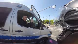 """""""To co panowie, ścigamy się?"""" – motocyklista kontra wyluzowani policjanci na skrzyżowaniu…"""