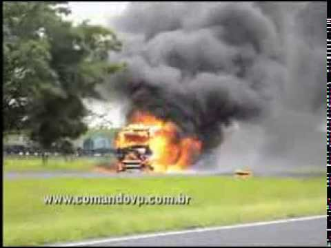 Caminhão é devorado por fogo na SP-310