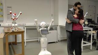 Роботы внедряются в нашу жизнь: с их помощью парень сделал предложение девушке