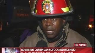Bomberos avanzan control de incendio en almacenes de Plaza Lama