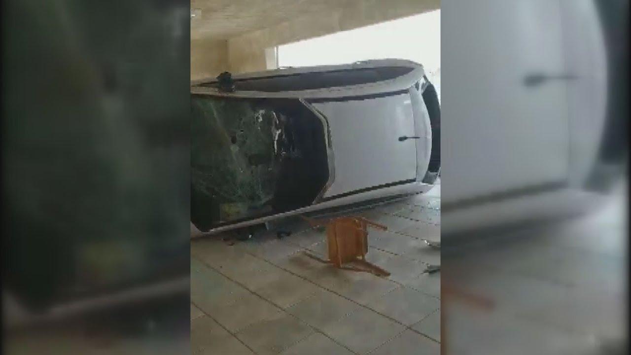 Εύοσμος: σπασμένα και αναποδογυρισμένα αυτοκίνητα σε πιλοτή μετά από συμπλοκή