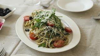 오늘의 메뉴는 바질 페스토 파스타입니다. 직접 키운 바질을 이용해 만들어 봤어요!요즘 날이 좋아서 바질이 쑥쑥 크고 있어요. 다음엔 다른 바질 요리를 해보도록 하겠습니다.Today's menu is basil pesto pasta. I used  the basil I grew myself.Basil pesto is useful in many dishes. It's delicious, even as a simple spread on bread.* Ingredients (For 3~4 person)바질 3컵, 마늘 2쪽, 파마산치즈 1컵, 올리브오일 1컵, 잣 1/4컵, 소금은 입맛에 맞게 넣어주세요. 파스타(스파게티니 사용함), 방울토마토, 블랙올리브, 루꼴라3cup fresh basil, 2 cloves garlic, 1cup parmesan cheese, 1cup olive oil1/4cup pine nut or almonds, salt to your taste , pasta (I used spaghettini)cherry tomato, black olive, arugula (*just optional)* Recipe1. 푸드프로세서에 바질, 마늘, 파마산치즈, 올리브오일, 잣 또는 아몬드, 소금을 넣어 곱게 갈아줍니다.1. Blend basil, garlic, parmesan cheese, olive oil, almonds and salt in a food processor.2. 끓는 소금물에 파스타를 넣어 8분간 삶아줍니다.2. Cook spaghetti into boiling salt water for 8 min. 3. 삶은 파스타면에 바질페스토, 방울토마토, 블랙올리브, 루꼴라를 넣어 함께 섞어줍니다.3. Toss hot cooked pasta with basil pesto, cherry tomato, black olive and arugula.4. 접시에 담아내면 완성입니다.4. Serve on bowl. done!* 꿀키의 맛있는 테이블YOUTUBE http://bit.ly/1DnVQs7TWITTER @honeykkicookINSTAGRAM @honey_kkiE-MAIL andrabbit@naver.comBLOG  http://honeykki.com이 영상의 다운로드 및 2차 편집을 금지합니다.