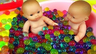 Download Lagu Baby Doll bath toy and Surprise eggs play Mp3