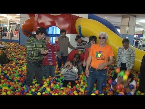 Integrantes da ONG Adote um Cidadão brincam em piscina de bolinhas