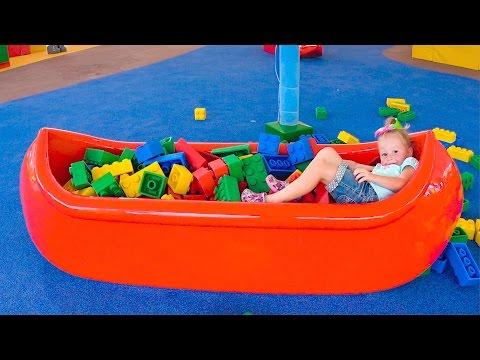 Настя в парке Леголенд играет на детской площадке лего Влог развлечения для детей Legoland for kids (видео)