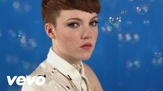 Chloe Howl - I Wish I Could Tell You lyrics (Portuguese translation). | I don't ever wear that dress; it's just collecting dust