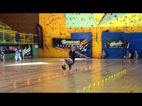 Klaudia Hartmanis fa slalom con i pattini