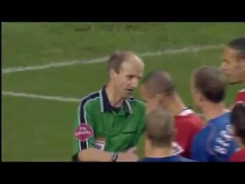 Vào ngày năm năm 2004, chuỗi trận bất bại của Arsenal đã dừng lại ở con số 49, sau thất bại 0-2 tại sân Old Trafford. Các bạn hãy xem cách mà MU đã thi đấu như thế nào :). Và vị trọng tài Mike Riley bắt 1 trận đấu ra sao nhé ....