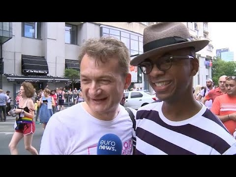 Pride Parade Bukarest: Adrian Coman & Claibourn Hamilto ...