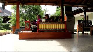 This video was recorded at Manohara hotel on June,7 2013 while I was in Jogjakarta, Indonesia. The 3 persons playing Javanese music are : - Mr. Marbadi ...