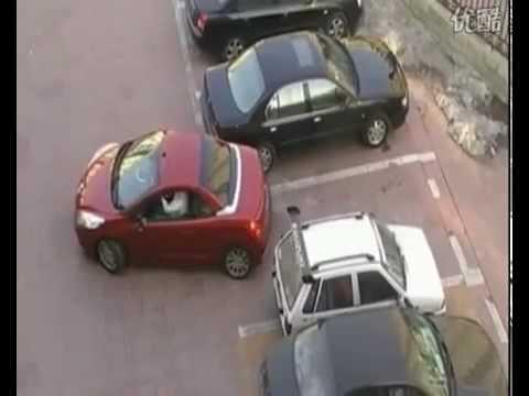 donna cinese parcheggia l'auto: guardate come!