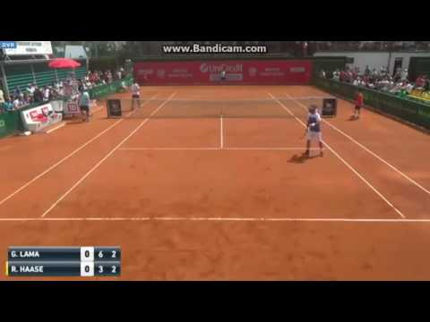 Frustrated tennis player loses the point after having imitated the opponent's grunting