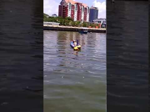 Orang Jatuh Dan Tenggelam  Naik Perahu Di Pantai Losari (pencarian Orang Tenggelam)