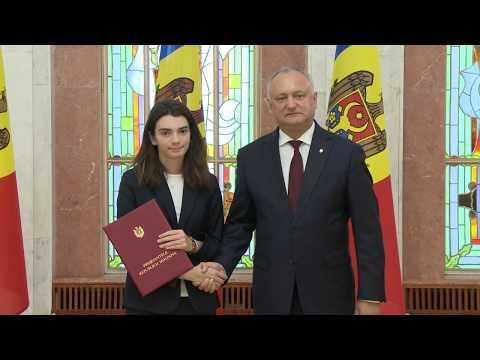 Игорь Додон вручил государственные награды группе учеников