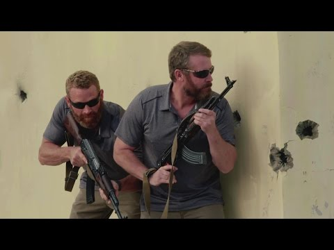 13 Hours: The Secret Soldiers of Benghazi (Featurette 'Oz & Max')
