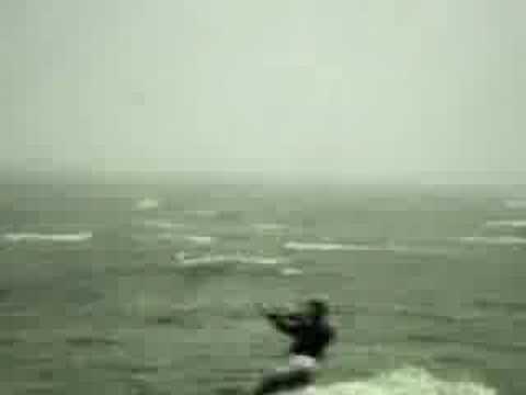 在海邊玩衝浪傘,結果被飛機抓走了…嚇死了吧!